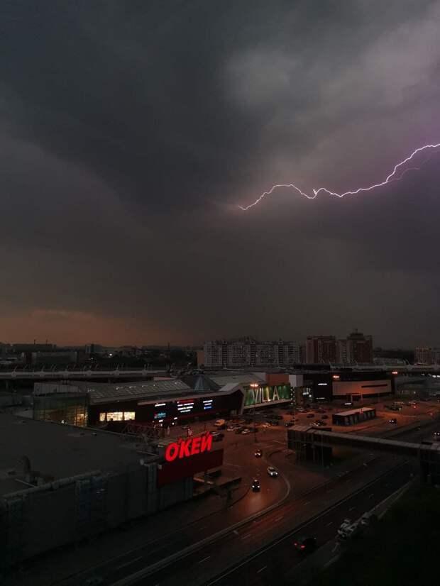 Петербург накрыло ливнями и грозой. Посмотрите, как молния озаряла почерневшее небо ⚡