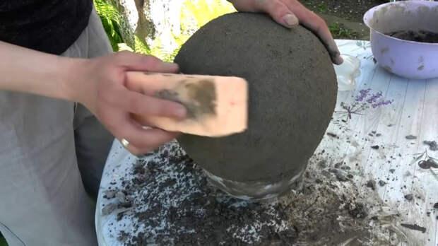 Смешная садовая фигурка из гипсового бинта и цемента