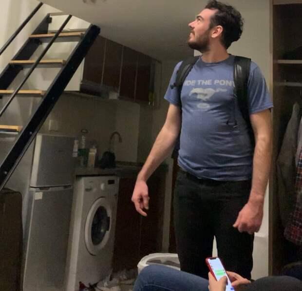 Квартира-лофт, в котором он жил за 30 тысяч в месяц выглядела конечно скромнее, ещё и платить приходилось  самому