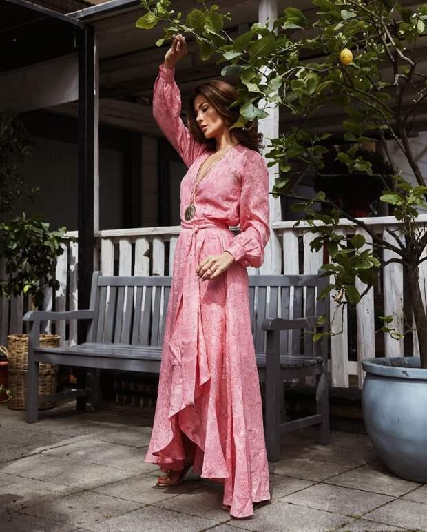 Воплощение женственности и грациозности: 20 примеров как носить платье в пол