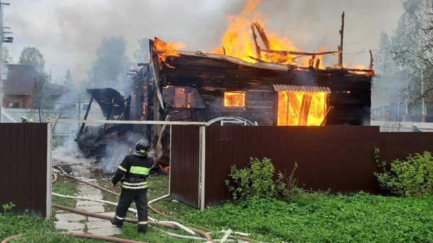 Женщина бросилась в горящий дом, чтобы спасти кота