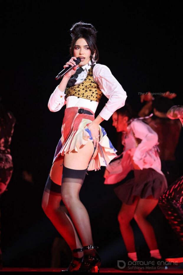 25-летняя британская певица косовского происхождения, автор песен и модель Дуа Липа (Dua Lipa) на Brit Awards