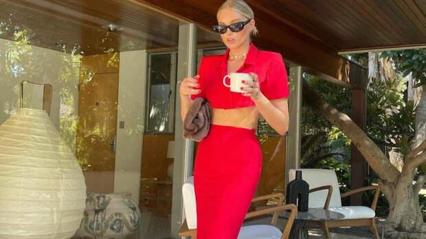 Идеальный красный костюм на лето: показывает Эльза Хоск