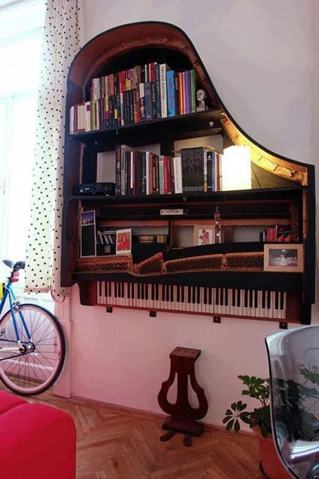 Прекрасное решение обустроить комнату за счет размещения в ней оригинального книжного шкафа.