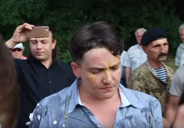 «Геть курва с Украины!» — Боевики забросали яйцами налётчицу Надежду Савченко (ВИДЕО)