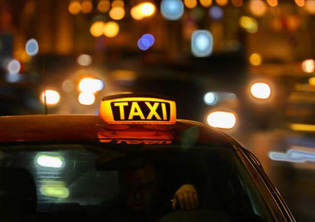 Подмосковных таксистов пустили на выделенные полосы