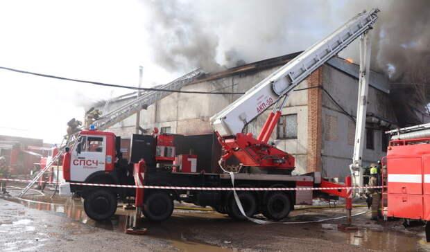 Пожарные ликвидировали возгорание пиломатериалов на складе в Оренбурге