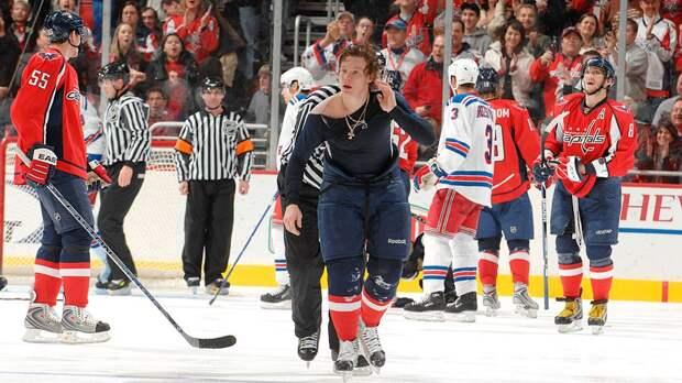 Смешная драка русского хоккеиста в США. Семина раздели, а он колотил по сопернику, как по барабану
