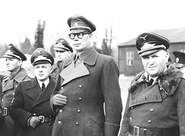 Какие пленные советские генералы претендовали на место предателя Власова