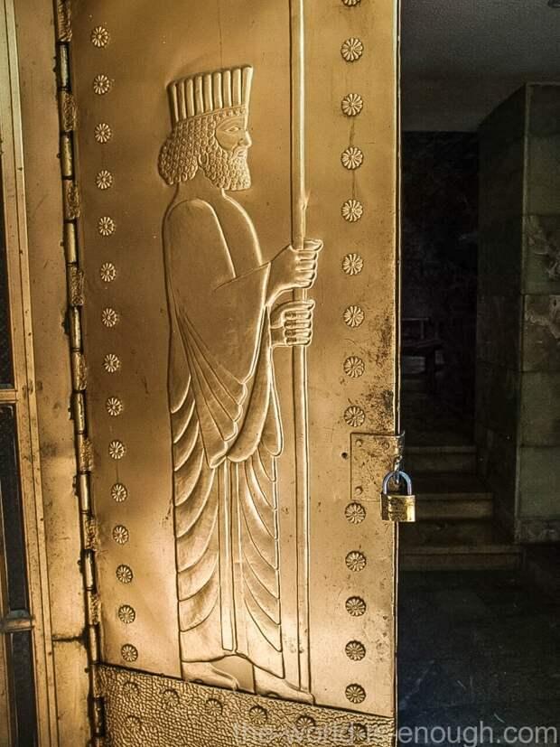 На дверях в храм Чак-Чак изображение Заратустры