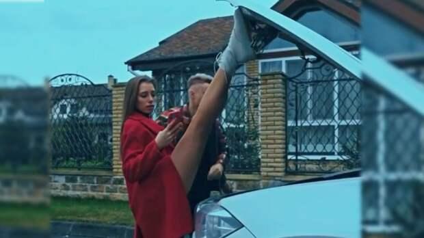 Чемпионка ОИ гимнастка Бирюкова помогла своему парню, подержав ногой крышку капота его авто: видео