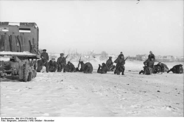 Bundesarchiv_Bild_101I-273-0423-19,_Russland,_deutsche_Soldaten_in_Deckung_gehend