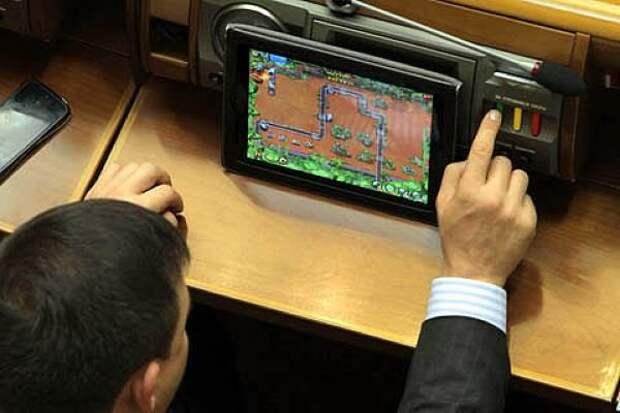 В Британии дупутат играл на планшете во время заседания
