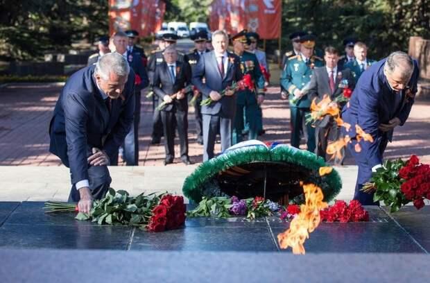 Сергей Аксенов возложил цветы к мемориалу «Вечный огонь» в Симферополе