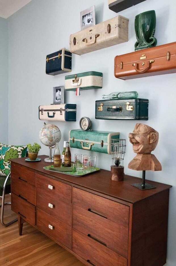 Лучший вариант создать необыкновенную обстановку в комнате с помощью полок в виде чемоданов.