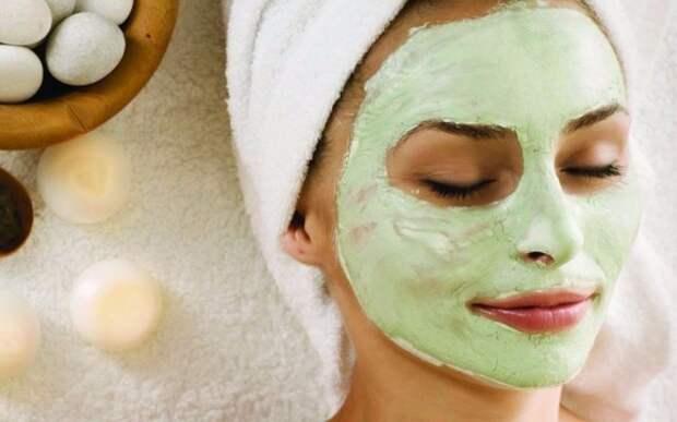 девушка с зеленой маской на лице