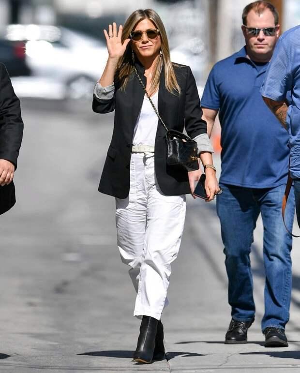 Дженнифер Энистон в брюках, которые лучше уже не носить