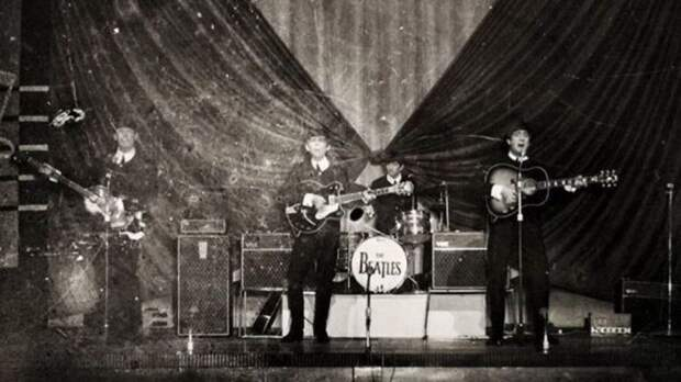 The Beatles на шоу Top of the Pops studio в 1966 году. \ bbc.com.