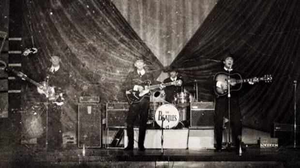The Beatles на шоу Top of the Pops studio в 1966 году. \ bbc.com.