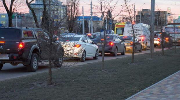 Пробки парализовали движение вцентре Ростова-на-Дону из-за выключенного светофора