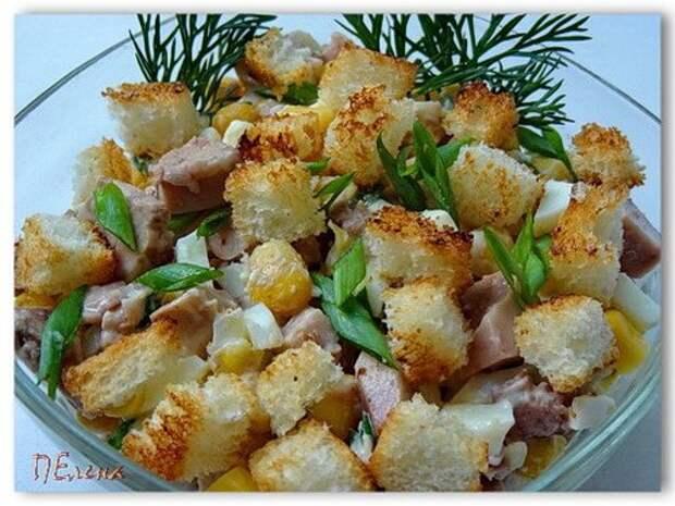 Вкусный и нежный салат из печени трески с кукурузой и гренками