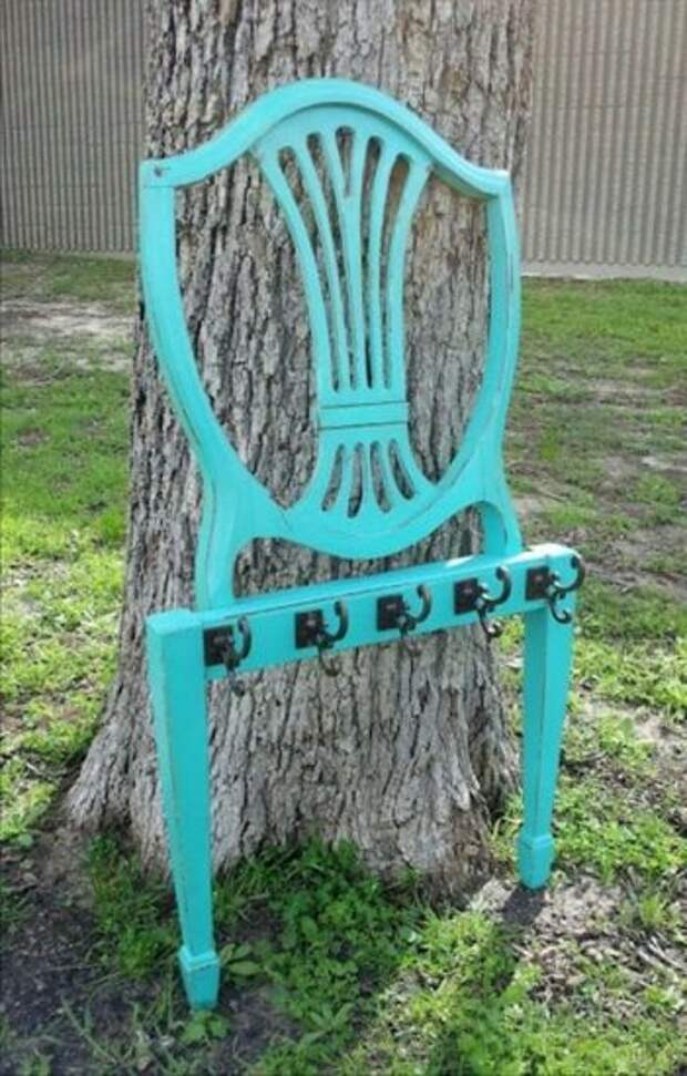 Вешалка из старых стульев