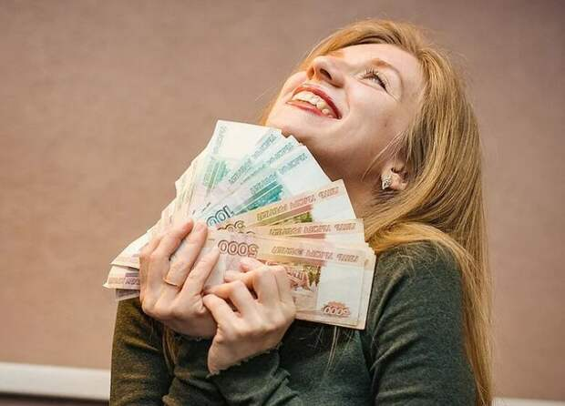 Зарплата жителей города на Неве продолжает расти несмотря на трудности в области экономики