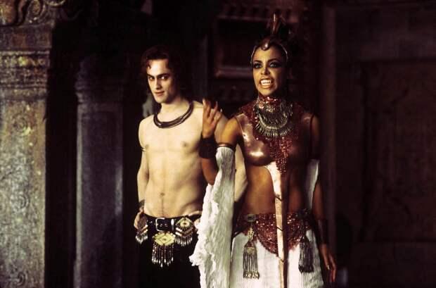 """Несмотря на то, что """"Вампирские хроники"""" Энн Райс включают в себя 15 книг и несмотря на успех экранизации """"Интервью с вампиром"""", на основе ее романов не была выстроена кинофраншиза. В 2002 г. вышел малобюджетный и неудачный фильм """"Королева проклятых"""", в котором роль Лестада исполнил Стюарт Таунсенд. - Кадр из фильма """"Королева проклятых"""", 2002 г."""