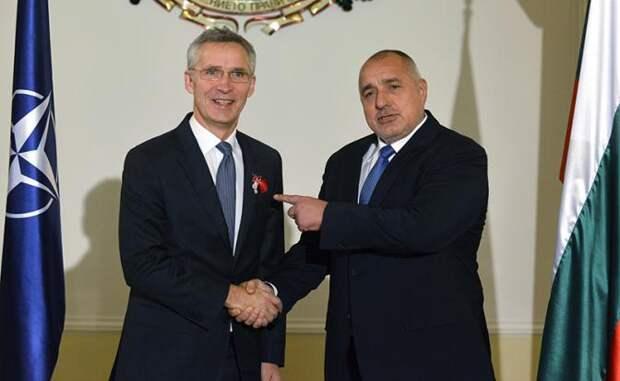 На фото (слева направо) : генсек НАТО Йенс Столтенберг и премьер-министр Болгарии Бойко Борисов