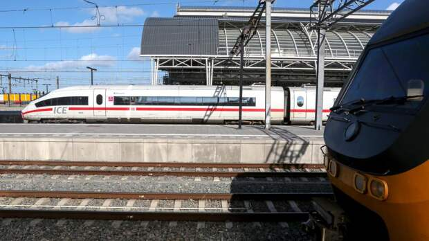 Скоростной поезд на Центральном вокзале Амстердама
