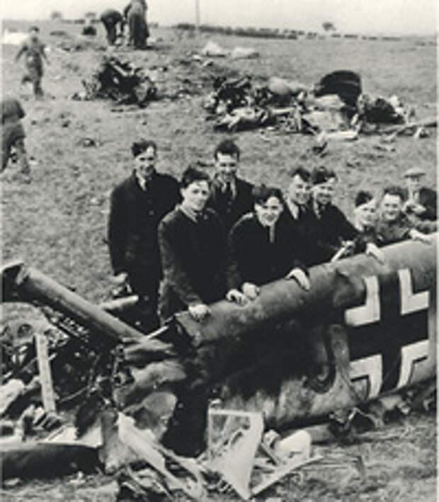 Британцы осматривают разбившийся самолет Гесса. Но не вымысел ли это? Фото 1941 года