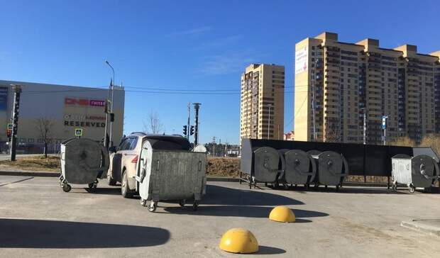 ВТюмени припаркованную машину возле мусорной площадки загородили баками