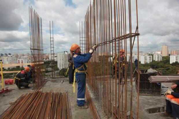 На бульваре Матроса Железняка ведется реконструкция пятиэтажного дома