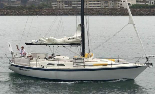 Смельчак вышел на берег, сел в лодку и поплыл через океан на Гавайи