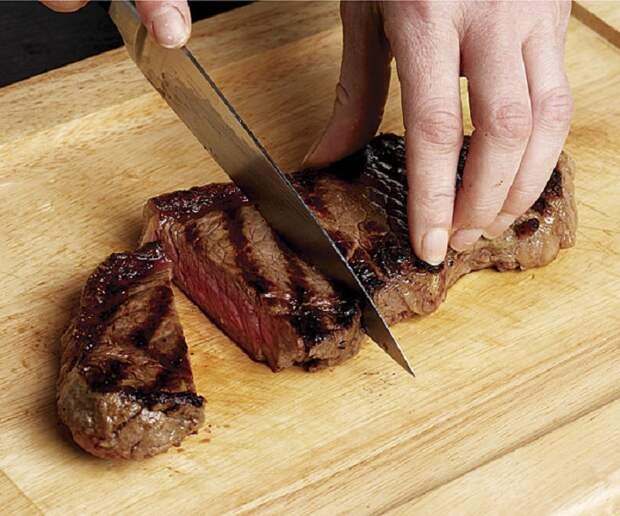 Нельзя резать мясо сразу после приготовления. / Фото: Finecooking.com