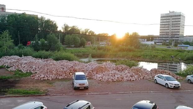 Пруд в Устиновском районе Ижевска завалили строительным мусором