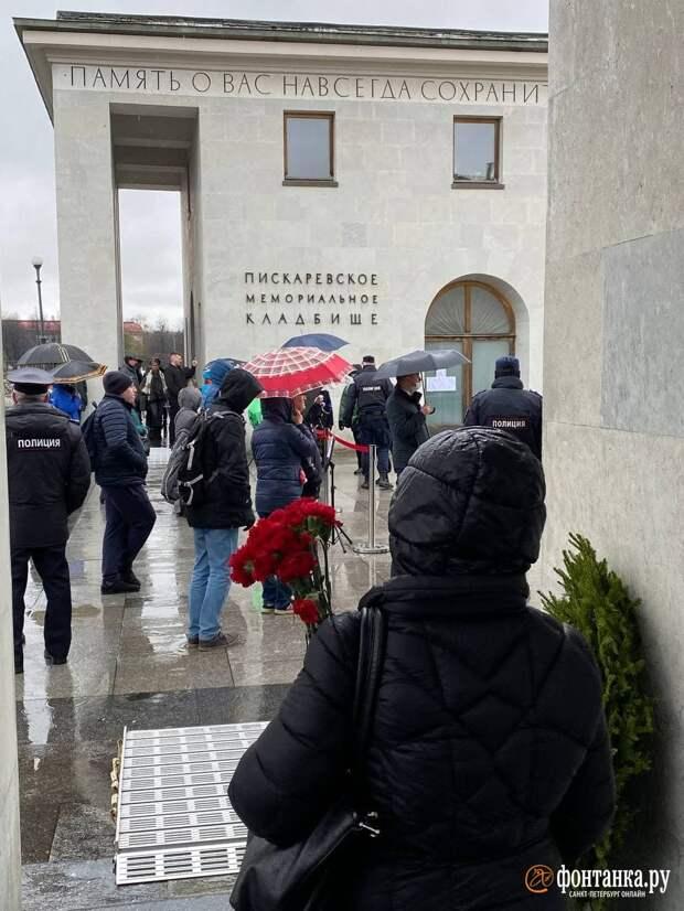 «Вы к какому классу здесь относитесь?» У входа на Пискарёвское кладбище петербуржцам велели ждать окончания официального мероприятия