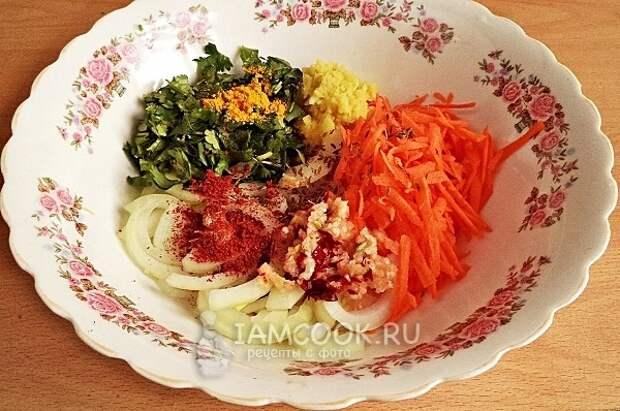Смешать специи, овощи и зелень
