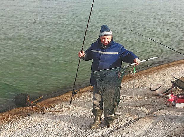 Подлещик на озере осенью