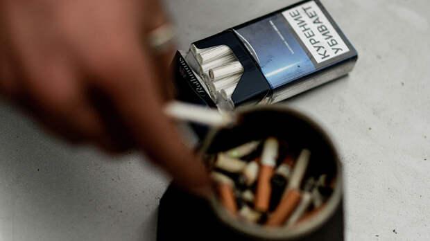 Мужчина курит сигарету - РИА Новости, 1920, 16.09.2020