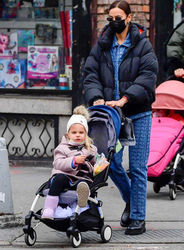 Угги и морковные палочки: Ирина Шейк с дочкой Леей на прогулке в Нью-Йорке