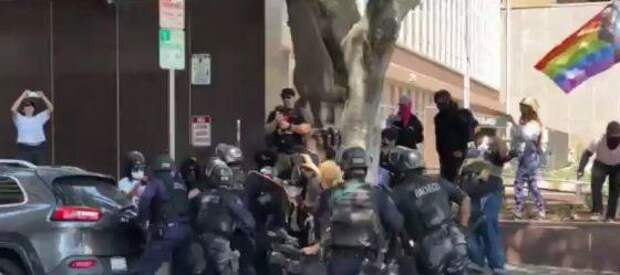 в лос анджелесе в ходе демонстрации анти-трансгендеров арестованы десятки человек