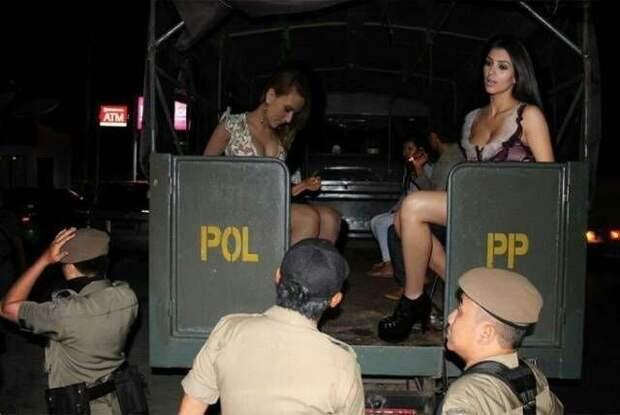 В Индонезии знаменитостей гениально фотошопят. Вот 5 очень правдоподобных фото
