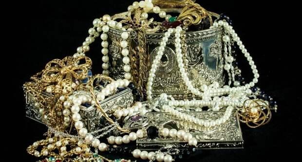 В Шереметьево у контрабандиста из Индии изъяли почти 90 кг украшений и самоцветов