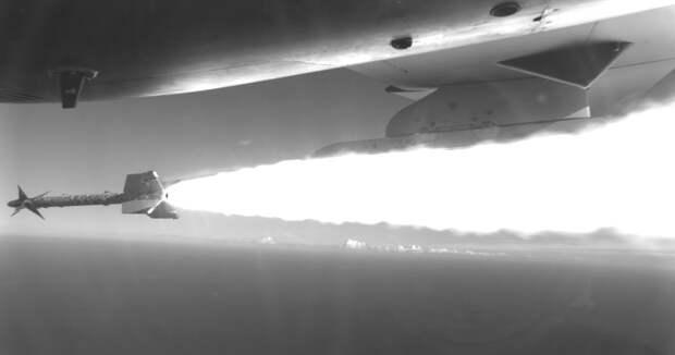 Тестовый пуск ракеты AIM-9L Sidewinder с M-346FA. flightglobal.com - Итальянская «летающая парта» учится воевать | Военно-исторический портал Warspot.ru
