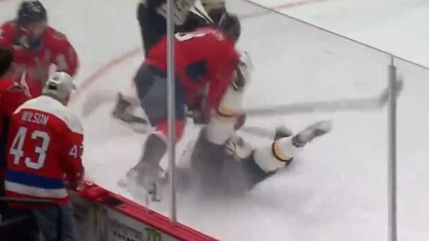 Овечкин провел сокрушительный прием на Крейчи, а затем получил удар клюшкой в лицо от защитника «Бостона»