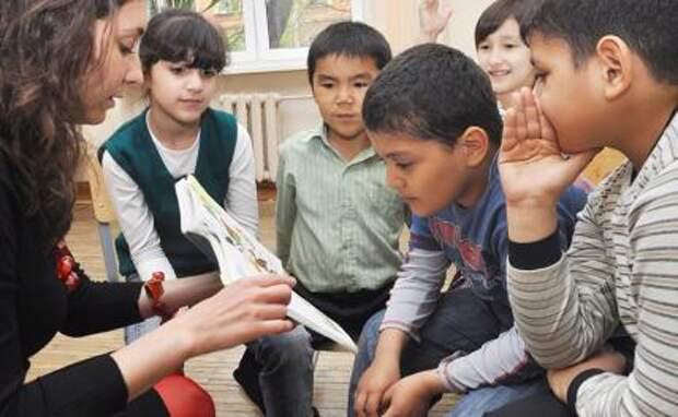 На фото: дети мигрантов на уроке русского языка в одной из школ России