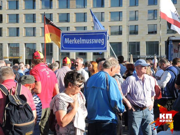"""Плакат """"Меркель должна уйти""""."""