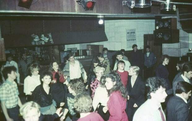 2. Тогда дискотеки еще по привычке называли танцами  СССР, дискотеки, лихие 90-е, танцы ссср, фото