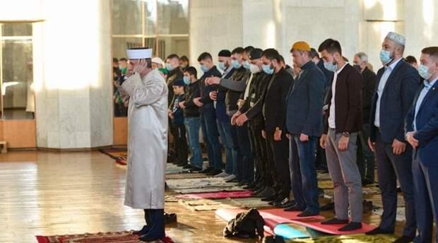 Мусульмане Крыма совершили праздничный намаз в честь окончания Рамадана